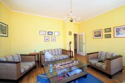 Гостиная. Черногория, Будва : Апартамент в старом городе Будвы, с гостиной, двумя спальнями и террасой