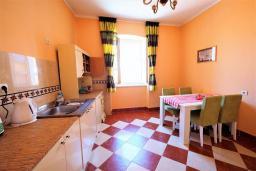 Кухня. Черногория, Будва : Апартамент в старом городе Будвы, с гостиной, двумя спальнями и террасой