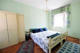 Спальня. Черногория, Будва : Апартамент в старом городе Будвы, с гостиной, двумя спальнями и террасой