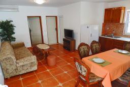 Гостиная. Черногория, Бечичи : Апартамент с гостиной, отдельной спальней и балконом с видом на море