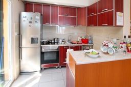 Кухня. Черногория, Герцег-Нови : Апартамент с 3-мя отдельными спальнями, 2 ванными комнатами, большой гостиной и террасой с видом на море, в 100 метрах от моря