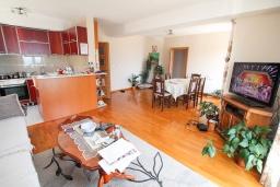 Гостиная. Черногория, Герцег-Нови : Апартамент с 3-мя отдельными спальнями, 2 ванными комнатами, большой гостиной и террасой с видом на море, в 100 метрах от моря