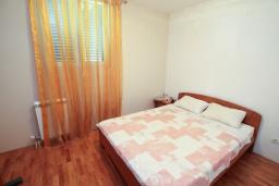 Спальня. Черногория, Герцег-Нови : Апартамент с 3-мя отдельными спальнями, 2 ванными комнатами, большой гостиной и террасой с видом на море, в 100 метрах от моря