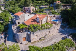 Front of the house. Montenegro, Budva : Villa with 3 bedrooms in Budva for 7 guests