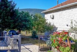 Фасад дома. Черногория, Дженовичи : Уютный дом с 4 спальнями с зеленым приватным садом и барбекю в 100 метрах от моря