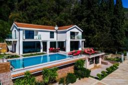 Фасад дома. Черногория, Дженовичи : Современная вилла с бассейном и потрясающим видом на море, 4 спальни, 4 ванные комнаты, патио, барбекю, парковка, Wi-Fi