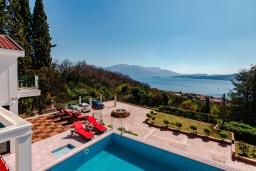 Территория. Черногория, Дженовичи : Современная вилла с бассейном и потрясающим видом на море, 4 спальни, 4 ванные комнаты, патио, барбекю, парковка, Wi-Fi