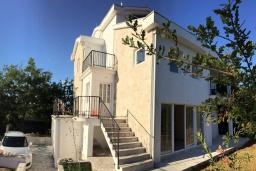 Фасад дома. Черногория, Радовичи : Прекрасная вилла с зеленым двориком недалеко от пляжа, 4 спальни, 3 ванные комнаты, барбекю, парковка, Wi-Fi