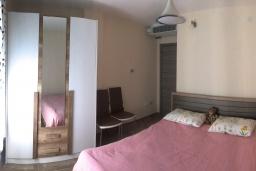 Спальня. Черногория, Радовичи : Прекрасная вилла с зеленым двориком недалеко от пляжа, 4 спальни, 3 ванные комнаты, барбекю, парковка, Wi-Fi