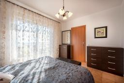 Спальня. Черногория, Бечичи : Прекрасный апартамент с гостиной, отдельной спальней и балконом с видом на море