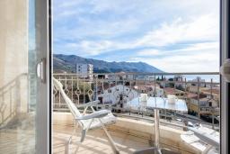 Балкон. Черногория, Бечичи : Прекрасный апартамент с гостиной, отдельной спальней и балконом с видом на море