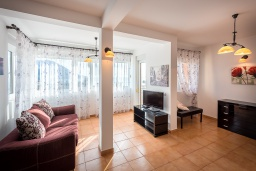 Гостиная. Черногория, Бечичи : Прекрасный апартамент с гостиной, отдельной спальней и балконом с видом на море