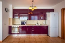Кухня. Черногория, Бечичи : Прекрасный апартамент с гостиной, отдельной спальней и балконом с видом на море