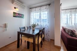Обеденная зона. Черногория, Бечичи : Прекрасный апартамент с гостиной, отдельной спальней и балконом с видом на море