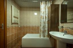 Ванная комната. Черногория, Бечичи : Прекрасный апартамент с гостиной, отдельной спальней и балконом с видом на море