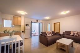 Гостиная. Черногория, Бечичи : Апартамент с большой гостиной, тремя спальнями и большой террасой