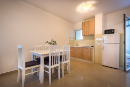 Кухня. Черногория, Бечичи : Апартамент с большой гостиной, тремя спальнями и большой террасой
