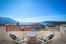 Балкон. Черногория, Бечичи : Апартамент с гостиной, отдельной спальней и балконом с видом на море