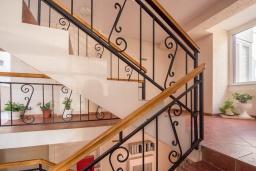 Лестница наверх. Черногория, Бечичи : Апартамент с гостиной, отдельной спальней и балконом с видом на море