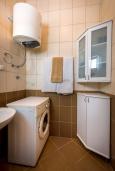 Ванная комната. Черногория, Бечичи : Апартамент с гостиной, отдельной спальней и балконом с видом на море