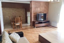 Гостиная. Черногория, Игало : Апартамент с гостиной, двумя спальнями, двумя ванными комнатами и балконом с видом на море