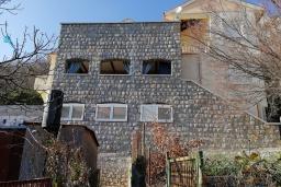Фасад дома. Черногория, Булярица : Двухэтажный каменный дом с зеленым двориком и барбекю, 2 гостиные, 6 спален, 2 ванные комнаты, терраса с видом на море, камин, парковка, Wi-Fi