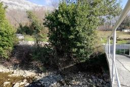 Территория. Черногория, Булярица : Двухэтажный каменный дом с зеленым двориком и барбекю, 2 гостиные, 6 спален, 2 ванные комнаты, терраса с видом на море, камин, парковка, Wi-Fi