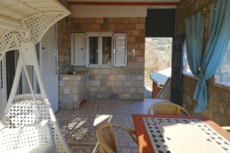 Терраса. Черногория, Булярица : Двухэтажный каменный дом с зеленым двориком и барбекю, 2 гостиные, 6 спален, 2 ванные комнаты, терраса с видом на море, камин, парковка, Wi-Fi