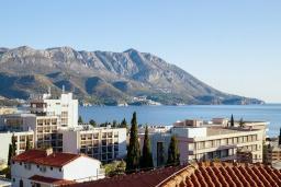 Вид на море. Черногория, Бечичи : Апартамент с гостиной, отдельной спальней и двумя балконами с видом на море и горы