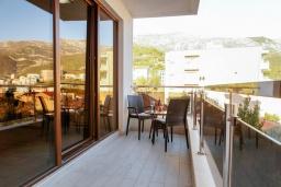 Балкон. Черногория, Бечичи : Апартамент с гостиной, отдельной спальней и двумя балконами с видом на море и горы