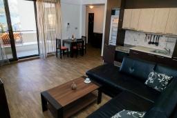 Гостиная. Черногория, Бечичи : Апартамент с гостиной, отдельной спальней и двумя балконами с видом на море и горы