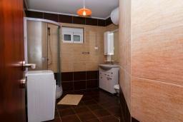 Ванная комната. Черногория, Булярица : Апартамент с гостиной, двумя спальнями и большим балконом