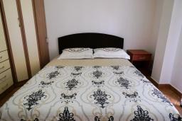Спальня. Черногория, Булярица : Апартамент с гостиной, двумя спальнями и большим балконом