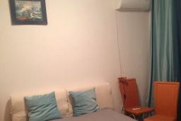 Спальня. Черногория, Петровац : Апартамент с гостиной, отдельной спальней и балконом с видом на море