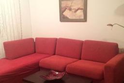 Гостиная. Черногория, Петровац : Апартамент с гостиной, отдельной спальней и балконом с видом на море