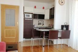 Кухня. Черногория, Петровац : Апартамент с гостиной, отдельной спальней и балконом с видом на море