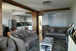 Гостиная. Черногория, Утеха : Прекрасная вилла с бассейном в 30 метрах от пляжа, 3 спальни, 2 ванные комнаты, парковка, Wi-Fi