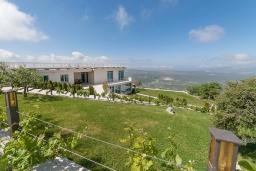 Территория. Черногория, Мирац : Роскошный комплекс с бассейном, зеленой территорией и панорамным видом на море и горы, 5 гостиных, 7 спален, 6 ванных комнат, каминный зал, кинотеатр, ресторан, турецкая баня, баскетбольная площадка, водопад, барбекю, парковка, Wi-Fi