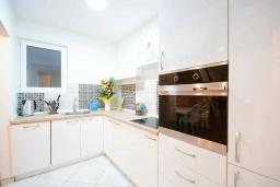 Кухня. Черногория, Будва : Дуплекс апартамент в центре Будвы, с гостиной, тремя спальнями и балконом