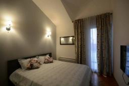 Спальня. Черногория, Будва : Дуплекс апартамент в центре Будвы, с гостиной, тремя спальнями и балконом