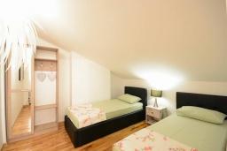 Спальня 2. Черногория, Будва : Дуплекс апартамент в центре Будвы, с гостиной, тремя спальнями и балконом