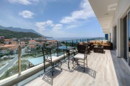 Балкон. Черногория, Бечичи : Роскошный пентхаус с гостиной, двумя спальнями, большим балконом и выходом на террасу с джакузи и патио