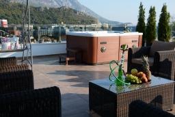 Терраса. Черногория, Бечичи : Роскошный пентхаус с гостиной, двумя спальнями, большим балконом и выходом на террасу с джакузи и патио