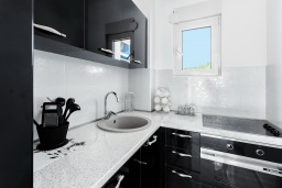 Кухня. Черногория, Бечичи : Роскошный пентхаус с гостиной, двумя спальнями, большим балконом и выходом на террасу с джакузи и патио