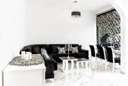 Гостиная. Черногория, Бечичи : Роскошный пентхаус с гостиной, двумя спальнями, большим балконом и выходом на террасу с джакузи и патио