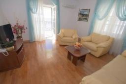 Гостиная. Черногория, Святой Стефан : Апартамент на первой линии, с гостиной, тремя спальнями, двумя ванными комнатами и большим балконом с шикарным видом на море