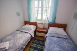 Спальня 2. Черногория, Святой Стефан : Апартамент на первой линии, с гостиной, тремя спальнями, двумя ванными комнатами и большим балконом с шикарным видом на море