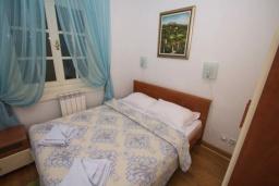 Спальня. Черногория, Святой Стефан : Апартамент на первой линии, с гостиной, тремя спальнями, двумя ванными комнатами и большим балконом с шикарным видом на море