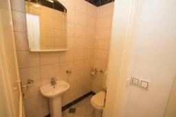Туалет. Черногория, Святой Стефан : Апартамент на первой линии, с гостиной, тремя спальнями, двумя ванными комнатами и большим балконом с шикарным видом на море