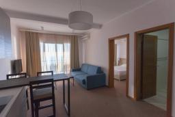 Гостиная. Черногория, Будва : Современный апартамент в комплексе с бассейном, с гостиной, отдельной спальней и балконом с шикарным видом на море
